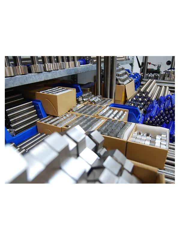 MECANIZADO / STOCK - FABRICACIÓN DE PIEZAS A MEDIA. Mecanizado de ejes y piezas de titanio. Fabricación de piezas a partir de material en nuestro sotck.