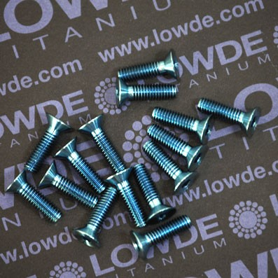 Avellanado DIN 7991 M4x14 mm. de titanio gr. 5 (6Al4V). Anodizado azul claro. - Avellanado DIN 7991 M4x14 mm. de titanio gr. 5 (6Al4V). Anodizado azul claro.