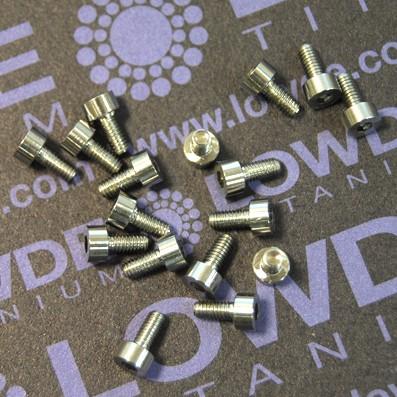 DIN 912 M2.5x5 titanio gr. 5 (6Al4V) - DIN 912 M2.5x5 titanio gr. 5 (6Al4V)