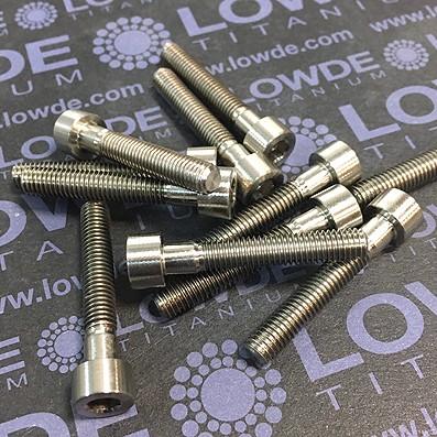 Tornillo DIN 912 M5x30 mm. de titanio gr. 2 (puro). Mecanizado - Tornillo DIN 912 M5x30 mm. de titanio gr. 2 (puro). Mecanizado.