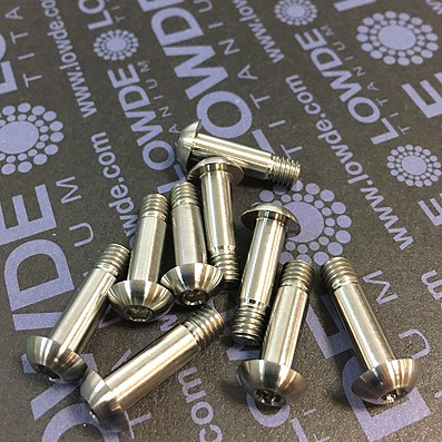 Boton ISO 7380 M5x18 mm. de titanio gr. 5 (6Al4V). Rosca 5 mm.