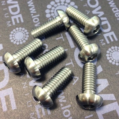 Boton ISO 7380 M6x15 mm. de titanio gr. 5 (6Al4V). Diámetro cabeza: 10 mm.