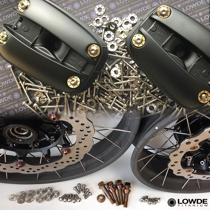 TRANSFORMACIONES MOTO - MOTOS DE TITANIO… Carácter único. La experiencia técnica de LOWDE-TITANIUM y de GAM MOTOS, taller especializado con muchos años de experiencia en preparaciones de todo tipo ofrecen te ofrecen motos únicas. Verás nuestra reciente preparación paso a paso. Nuestra BMW R850 GS convertida scrambler con todo de titanio. No habrás visto este tipo de preparación en ningún otro sitio.